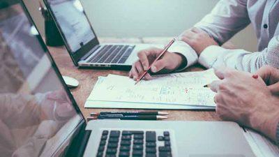 Sukses Meniti Karier sebagai Advokat