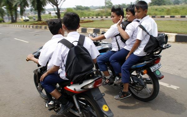anak-anak di bawah umur naik sepeda motor